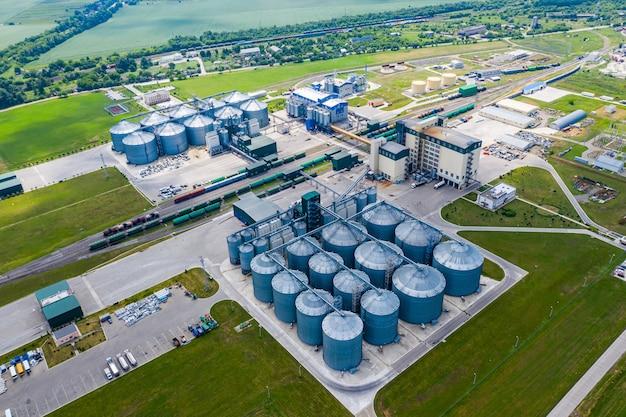 バイオガス生産のステーション。近代的な工場。生態学的生産。上からの眺め。フィールドに植えます。