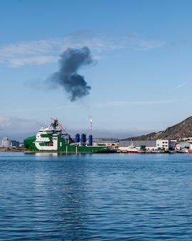 Станция на мелкойе, где перерабатывают природный газ в сжиженный. в хаммерфесте, норвегия