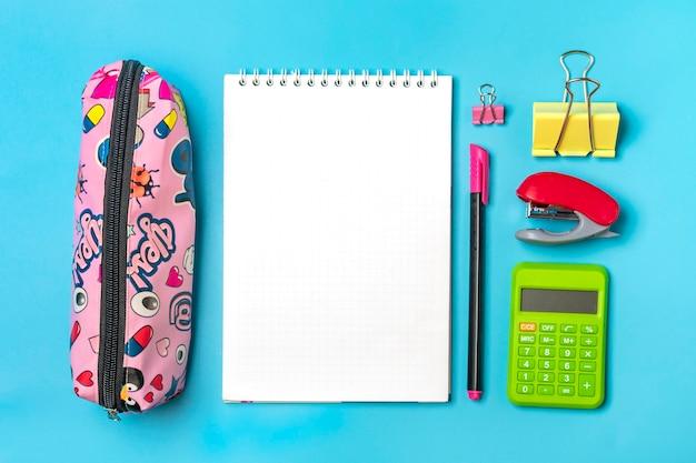 고정식, 학교로 돌아가기, 여름 시간, 창의성 및 교육 개념 학용품 - 돋보기, 계산기, 연필, 펜, 종이 클립, 스테이플러 및 메모장 파란색 배경, 평평한 평상 모의