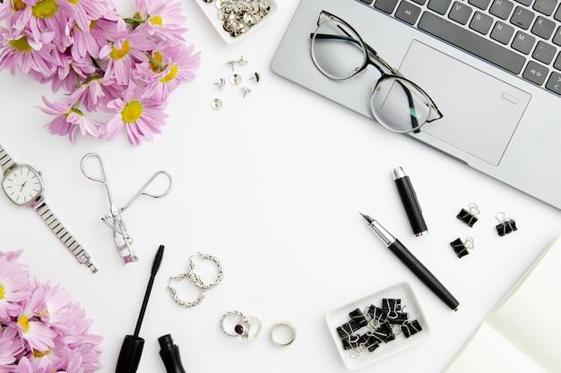 Composizione fissa su sfondo bianco con cosmetici