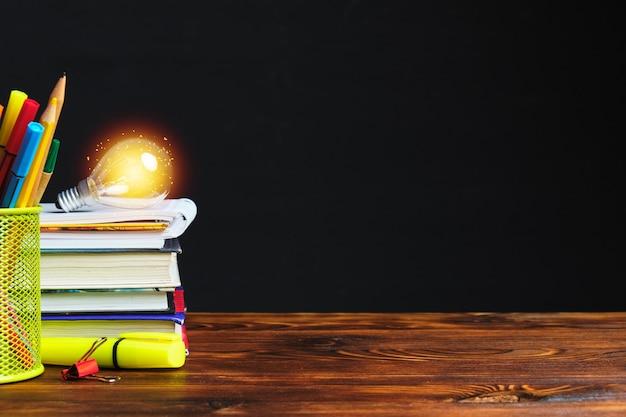 편지지 및 전구 복사 공간이 책에 빛