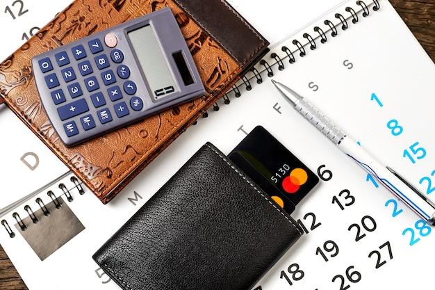 文房具や木製のクレジットカード付きの財布