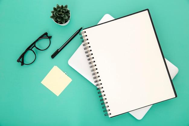 녹색 배경에 편지지 배열