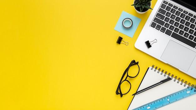 복사 공간와 노란색 배경에 편지지 배열