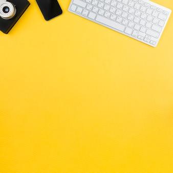 Канцелярские товары на желтом фоне