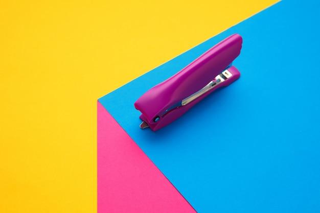 Articoli di cancelleria in vivaci colori pop con effetto illusione visiva, arte moderna. raccolta, impostata per l'istruzione. . cultura giovanile, cose eleganti intorno a noi. luogo di lavoro creativo alla moda.