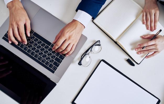 Канцелярские товары бизнес финансы клавиатура ноутбука работа офис очки документы