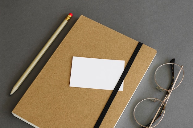 Концепция канцелярских товаров с визитной карточкой в книге