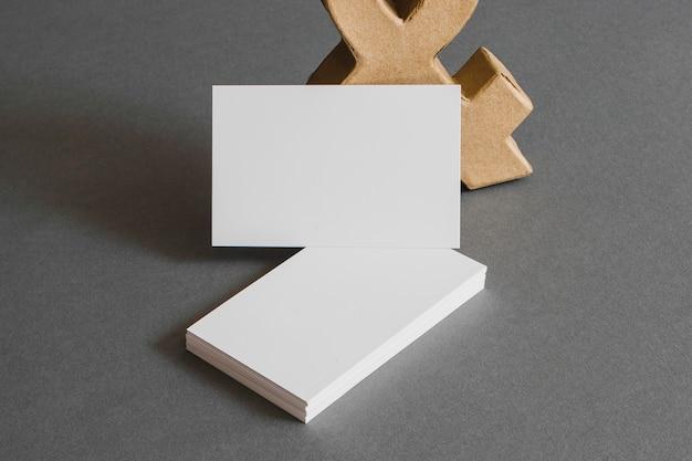 Концепция канцелярских товаров с визитными карточками