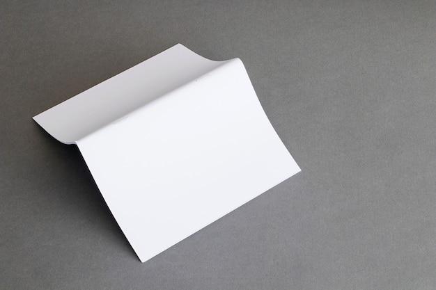 Concetto di cancelleria con carta piegata