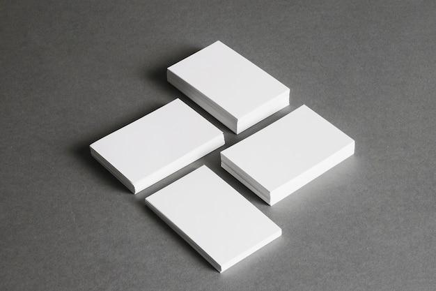Концепция канцелярских товаров с четырьмя стопками визитных карточек