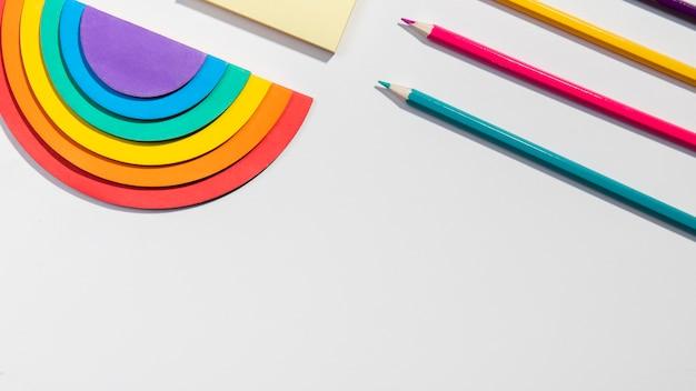 Концепция канцелярских товаров с записками и радугой бумаги