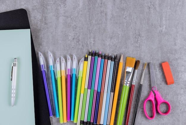 다양한 학용품 구색의 문구 장비는 학교 시간에 평평하게 놓여 있습니다.