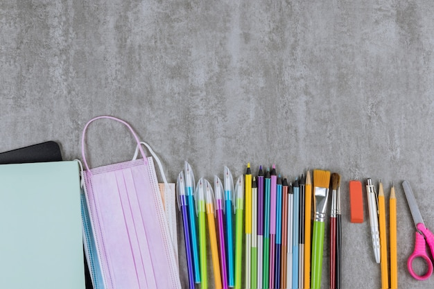 学校時代のさまざまな学用品の品揃えの文房具はフラットレイ