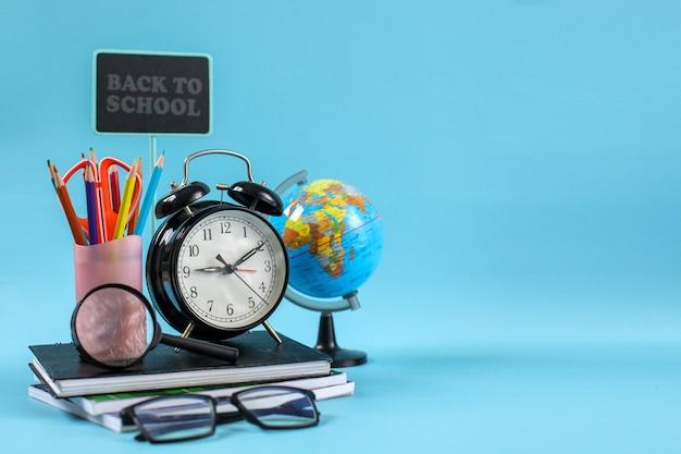 Канцелярские товары для концепции обратно в школу на синем фоне с копией пространства