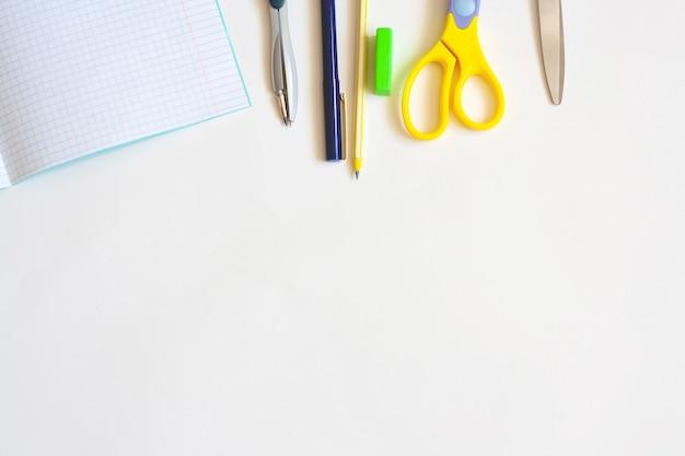 Канцелярские товары для образования на белом фоне, ручка для ноутбука, карандаш, циркуль, ластик и ножницы, плоская планировка, копировальное пространство