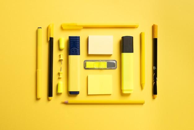 Канцелярские товары для школы или офиса на цветном фоне. квартира