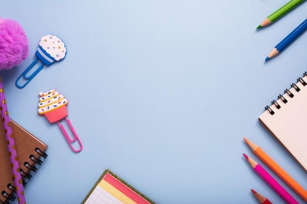 文房具は、青色の背景にフレームを形成しました。スペースをコピーします。学校や教育の概念に戻る