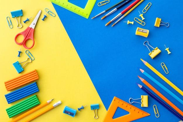青と黄色の平面図の文房具フレームフラットレイアウト