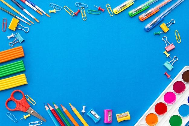 青色の背景、上面図、フラットレイアウトの文房具フレーム