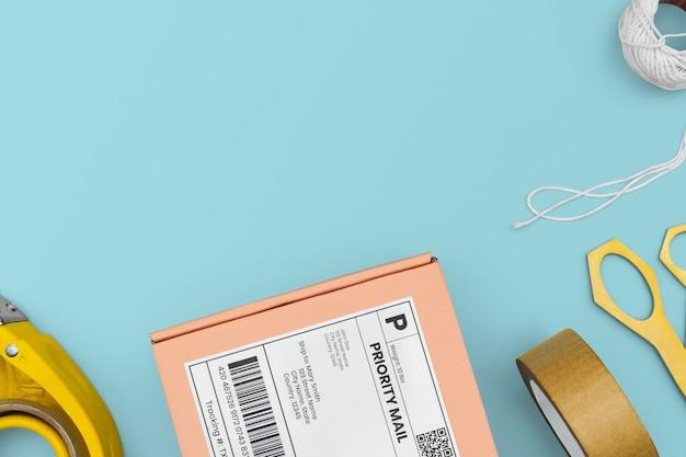 Cornice di cancelleria nel concetto di consegna dei pacchi