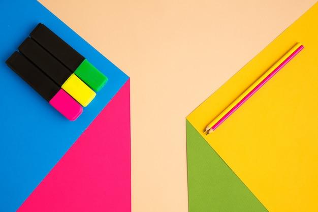 目の錯覚効果のある明るいポップカラーのステーショナリー、モダンアート。コレクション、教育用に設定。広告のコピースペース。若者文化、私たちの周りのスタイリッシュなもの。トレンディなクリエイティブな職場。