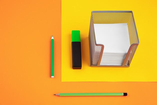 시각 착시 효과가 있는 밝은 팝 색상의 편지지, 현대 미술. 컬렉션, 교육을 위해 설정합니다. 광고에 대 한 copyspace입니다. 청소년 문화, 우리 주변의 세련된 것들. 트렌디한 창의적인 직장.