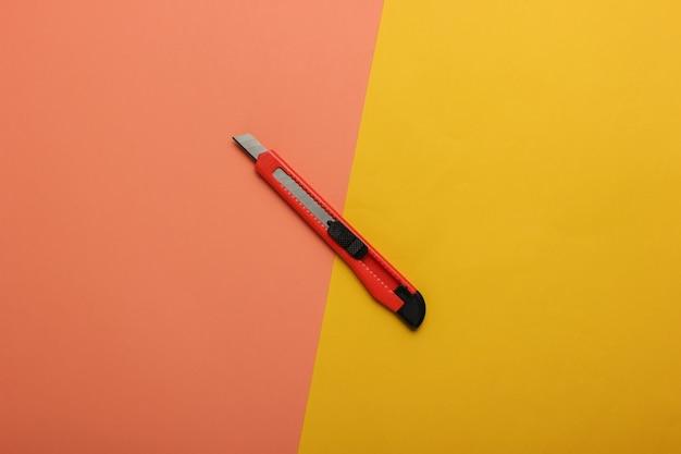 색종이에 종이를 자르는 문구 용 칼