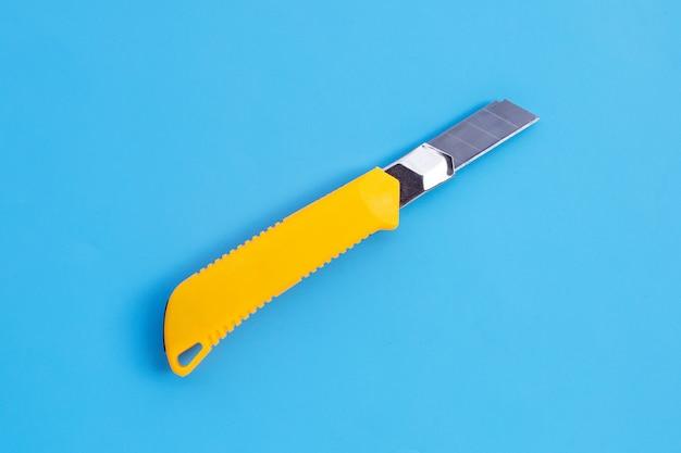 파란색 배경에 편지지 칼입니다.
