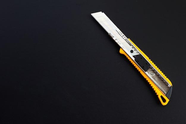 어두운 배경에 편지지 칼입니다.