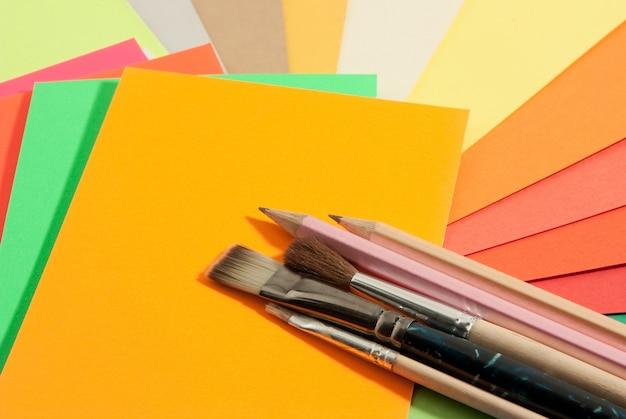 Канцелярские принадлежности на цветных бумагах