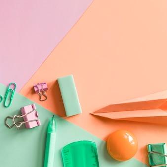Канцелярские товары на разноцветной поверхности