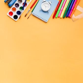 オレンジ色の背景上の文房具 無料写真