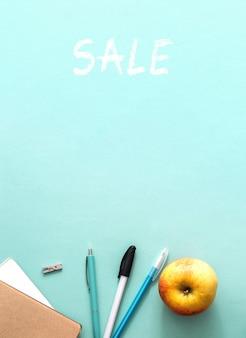 Распродажа канцелярских товаров, подготовка ученика к учебному году, концепция плоской планировки с синим видом на стол ...