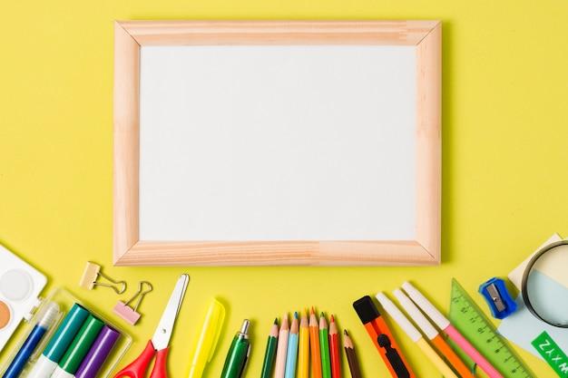 Materiale scolastico di cancelleria con copia spazio incorniciato