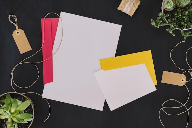 封筒とコードで設定された文房具