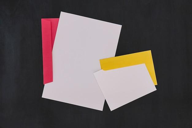 빨간색과 노란색 봉투 세트 문구