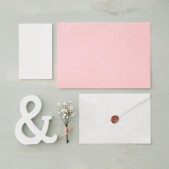 Концепция свадебной канцелярской принадлежности с конвертами и карточками