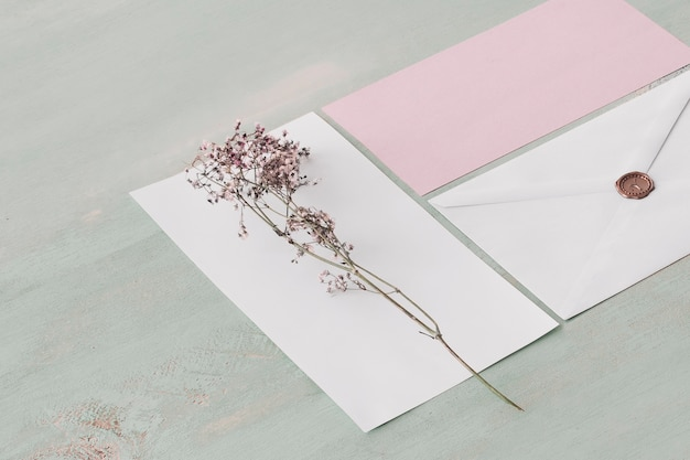 Concetto di nozze di cancelleria con fiore