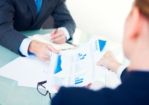 Статистические деловые люди, анализирующие концепцию мониторинга информации