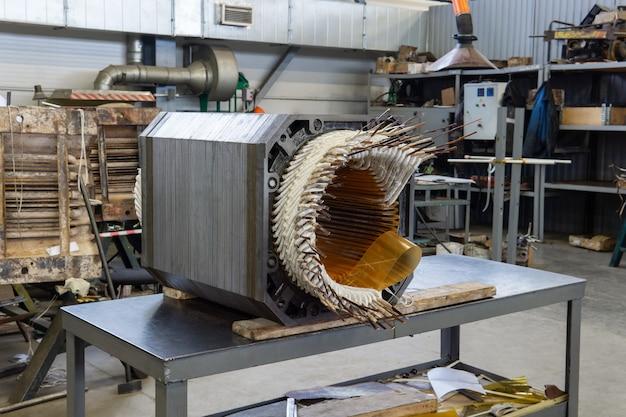 Статор от разобранного электродвигателя в процессе ремонта в мастерской