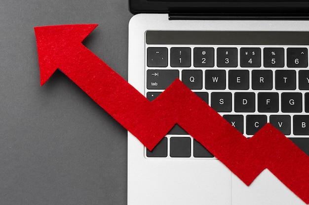 Concetto di statistiche con la freccia sul laptop