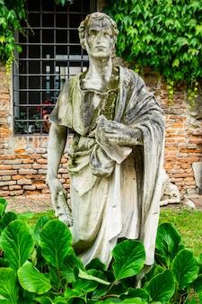 1585년 건축가 안드레아 팔라디오가 만든 이탈리아 비첸차의 올림피코 극장의 세기 안뜰에 있는 동상
