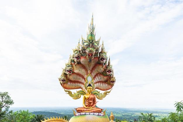 Статуя будды с облачным небом