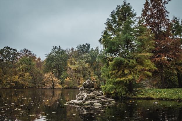 Статуя в озере в трептов-парке в берлине