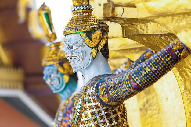 왓 프라깨우 낮의 동상.