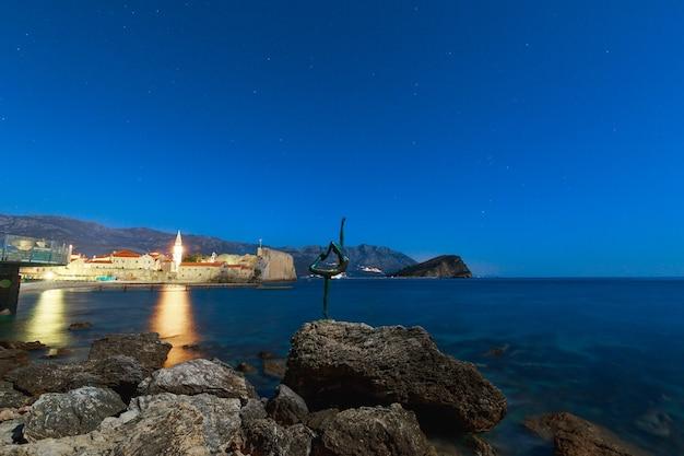 Статуя балерины на пляже в будве черногория ночью