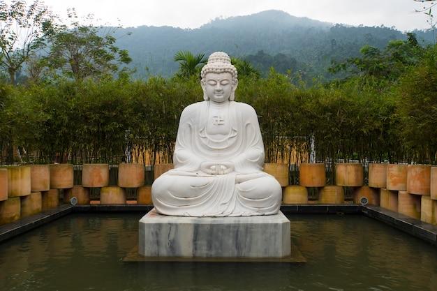 Статуя будды во вьетнамском саду, мраморные горы, дананг, вьетнам.