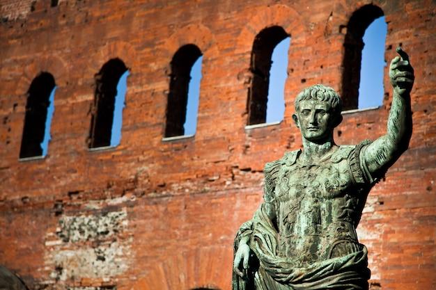 トリノのチェザーレアウグストゥスの像-イタリア:リーダーシップの概念