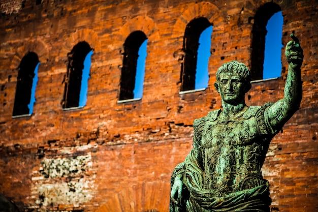 이탈리아 토리노의 체사레 아우구스투스 동상: 리더십의 개념